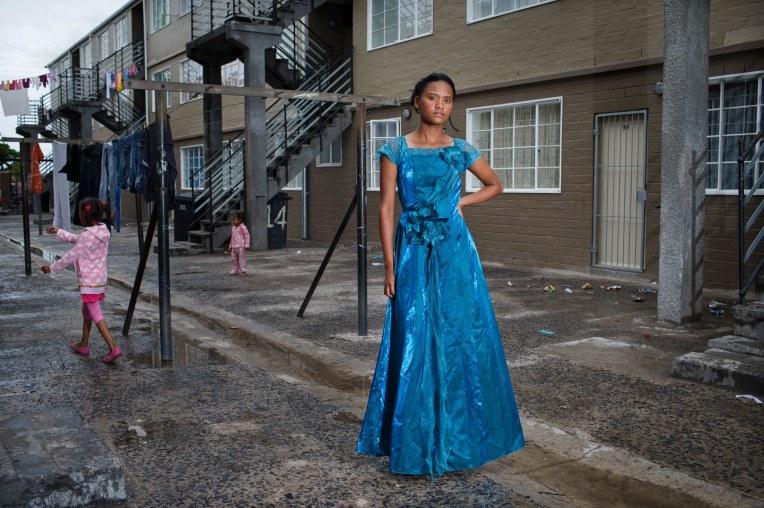 MANENBURG / KAAPSTAD / ZUID-AFRIKA - Lauren-Lee (Lola) Scheepers (18) in haar eindgalajurk in haar wijk Joyce Court in Manenburg, waar de Clever Kids Gang de leiding heeft. Manenburg is een wijk waar gangsters de straten in de macht hebben. Ieder gedeelte van de wijk heeft een eigen gang, wat afgelopen jaar meermaals leidde tot doden en gewonden tijdens hevige gangsterrellen. Phoenix Secondary School is in september tijdelijk gesloten, omdat de kinderen niet naar school konden door de hevige gansterrellen.